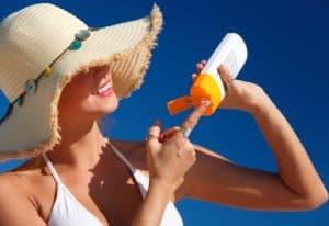 appliquer-creme-solaire-anti-moustqique